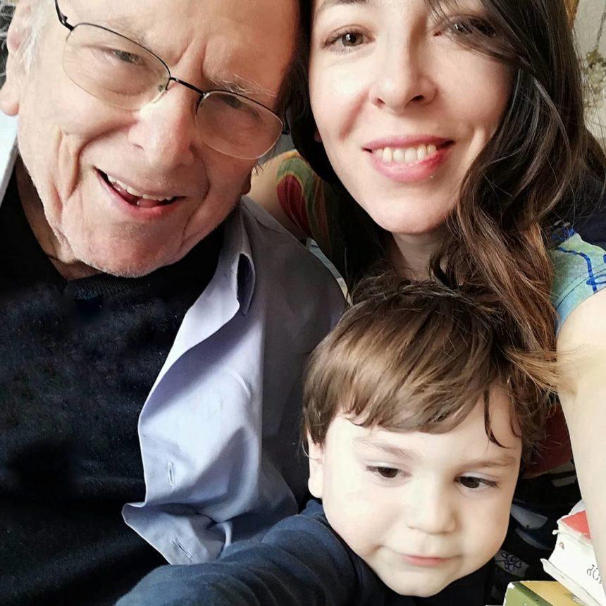 Kώστας Βουτσάς: Το ξεκαρδιστικό βίντεο με τον γιο του Φοίβο! Δεν τον άφησε να φάει πατατάκια | tlife.gr