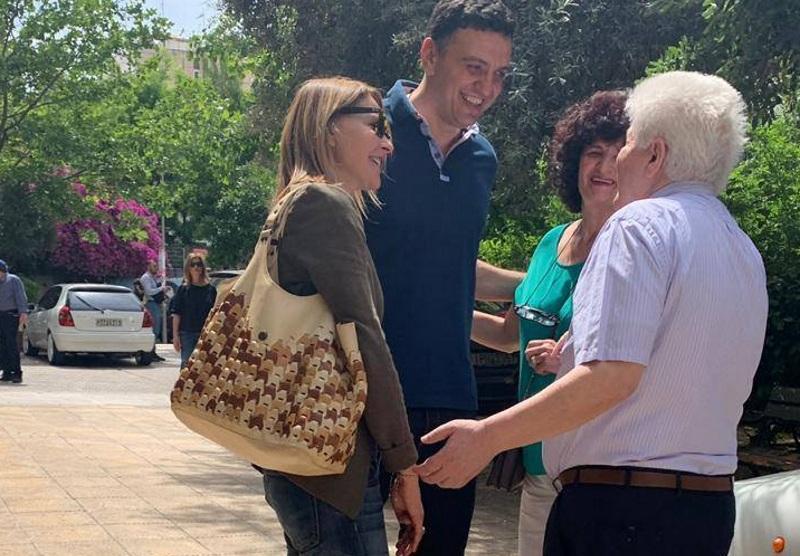 Τζένη Μπαλατσινού: Στο πλευρό του Βασίλη Κικίλια στο εκλογικό τμήμα που ψήφισε! Φωτογραφίες