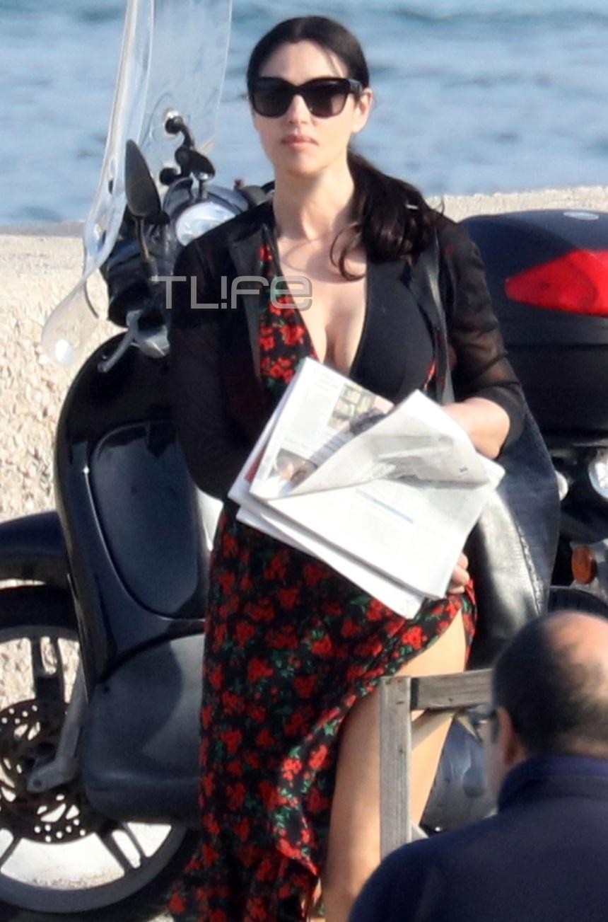 Μonica Bellucci: Εκθαμβωτική σε βόλτα της στην Sabaudia! To φόρεμα που αποκάλυψε τα υπέροχα πόδια της! [pics]