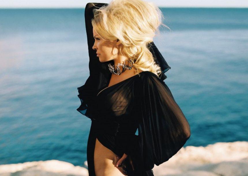 Η εκρηκτική Πάμελα Άντερσον πρώτη φορά σε εξώφυλλο της Vogue! [pics,video] | tlife.gr