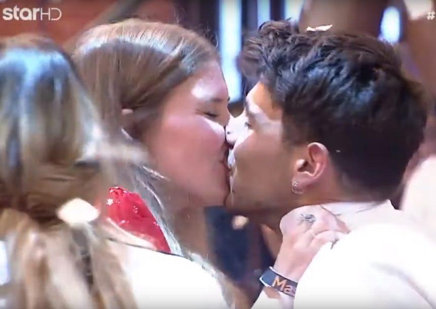 MasterChef: Το παθιασμένο φιλί του Μανώλη με τη σύντροφό του στον τελικό! <p> data-mce-src=</p><p>