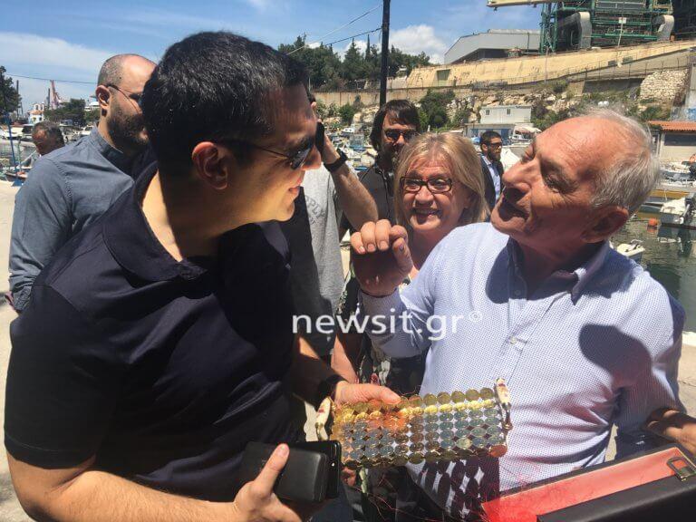 Ο Αλέξης Τσίπρας κερνάει ούζο και μεζέδες τους δημοσιογράφους στο Κερατσίνι | tlife.gr