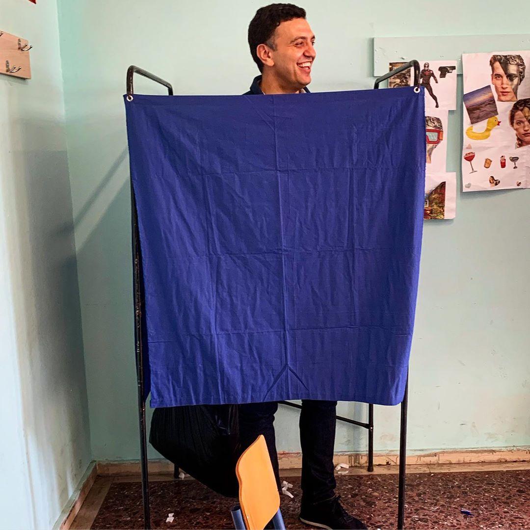 H απίστευτη φωτογραφία του Βασίλη Κικίλια μέσα στο εκλογικό κέντρο