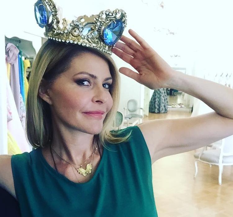 Tζένη Μπαλατσινού: Γιατί ποζάρει με αυτό το στέμμα στο ατελιέ του Βασίλη Ζούλια; [pics]