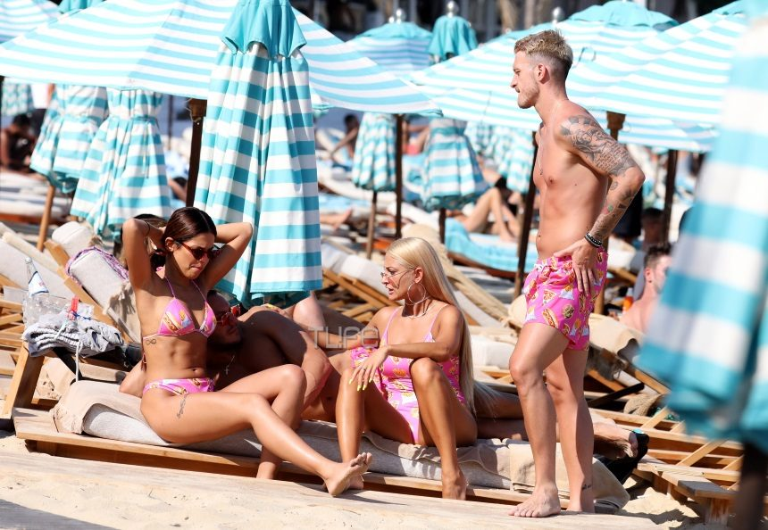 Ιωάννα Τούνη - Νώντας Παπαντωνίου: Επιστροφή στο νησί των Ανέμων! Στην παραλία με… ασορτί ροζ μαγιό [pics]