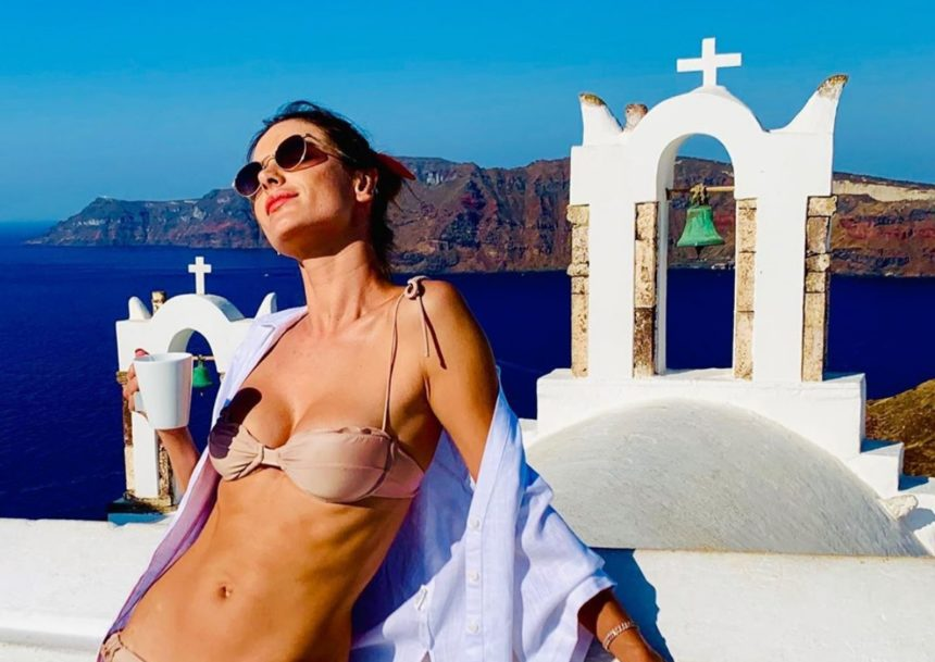 Ξετρελαμένη με την Ελλάδα η Alessandra Ambrosio! Νέες φωτογραφίες από τη Σαντορίνη