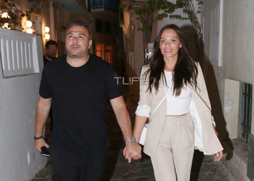Αντώνης Ρέμος -Υβόννη Μπόσνιακ: Χέρι - χέρι σε βραδινή βόλτα τους στα σοκάκια της Μυκόνου!