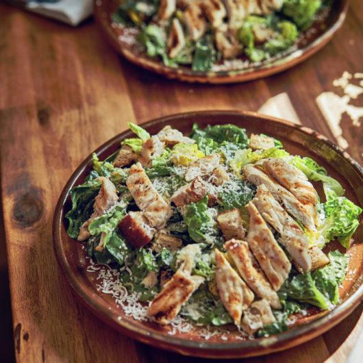 Κοτόπουλο του Καίσαρα σε συνταγή Jamie Oliver | tlife.gr