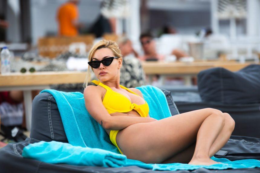 Ελληνίδες celebrities αναστατώνουν τις παραλίες της Μυκόνου με τα καυτά κορμιά τους!