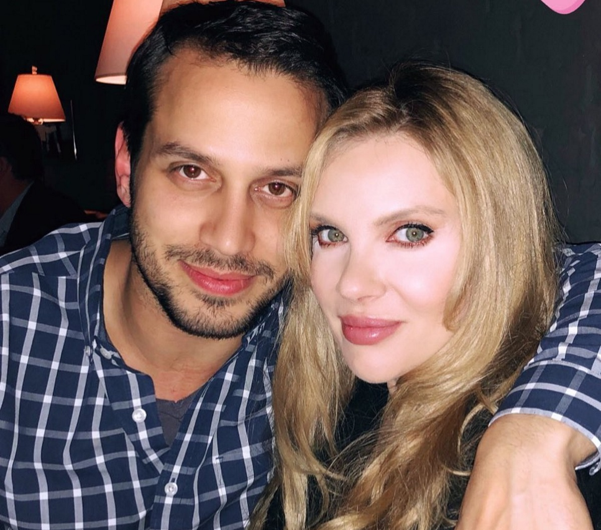 Χριστίνα Αλούπη: Τρολάρει τον σύζυγό της… που δεν μπορεί να διαβάσει ελληνικά! Δες το απολαυστικό βίντεο