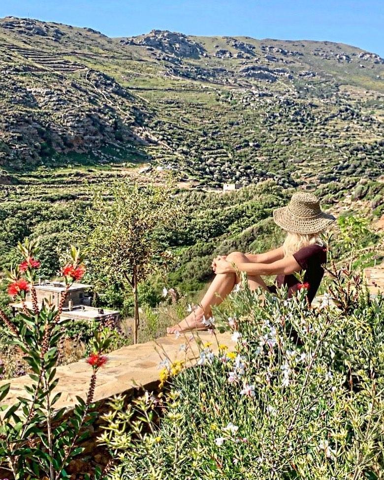 Ελένη Μενεγάκη: Mας δείχνει το υπέροχο κορμί της κάνοντας το πρωινό της μπάνιο στη θάλασσα! [pic]