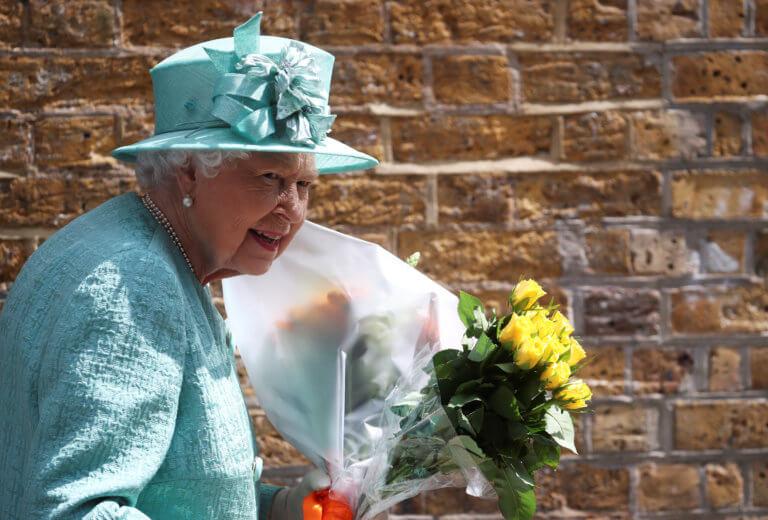 Η τυχερή του μέρα! Περαστικός συνάντησε τυχαία την βασίλισσα Ελισάβετ στον δρόμο   tlife.gr