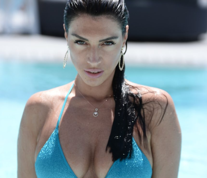 Εύα Μπάση: Με αβυσσαλέο ντεκολτέ σε πισίνα ξενοδοχείου της Μυκόνου! [pics]