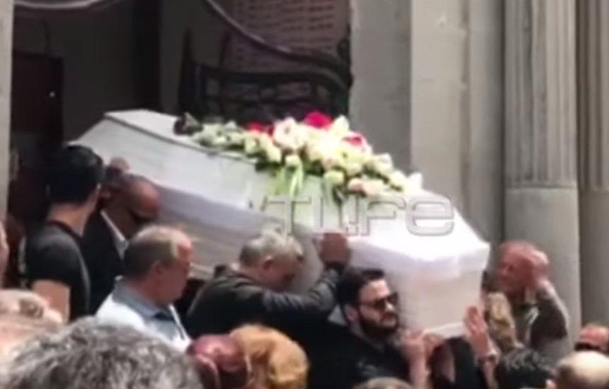 Κηδεία Πάνου Ζάρλα: Η συγκλονιστική στιγμή με το τελευταίο χειροκρότημα στο λευκό φέρετρο (Video) | tlife.gr