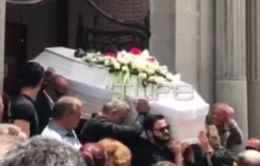 Κηδεία Πάνου Ζάρλα: Η συγκλονιστική στιγμή με το τελευταίο χειροκρότημα στο λευκό φέρετρο (Video)