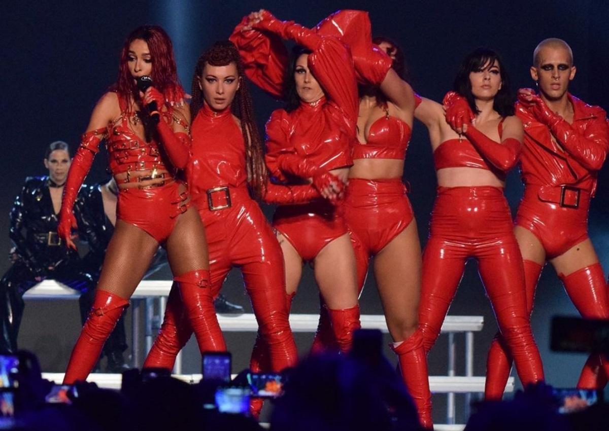 MAD VMA 2019: Η εκρηκτική εμφάνιση της Ελένης Φουρέιρα on stage – Φωτιά στα κόκκινα η τραγουδίστρια [video]