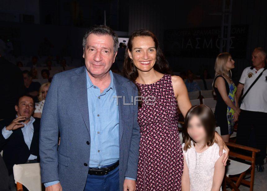 Γιώργος Καμίνης: Με την κούκλα σύζυγο και την κόρη τους στο θέατρο! [pics]   tlife.gr
