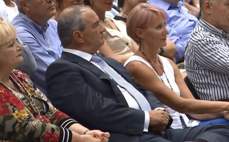 Η Νατάσα Παζαΐτη με ροζ μαλλί στο πλευρό του Κώστα Καραμανλή | tlife.gr