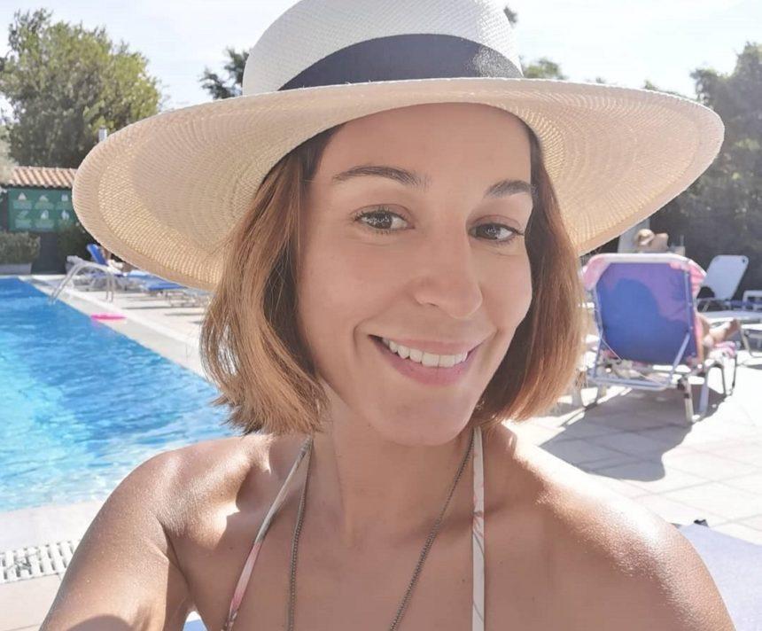 Κατερίνα Παπουτσάκη: Το μπάνιο στην πισίνα με τους άνδρες της ζωής της και η σέλφι χωρίς ίχνος μακιγιάζ | tlife.gr