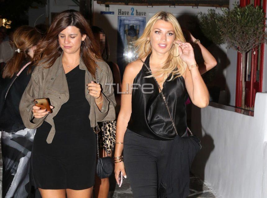 Κωνσταντίνα Σπυροπούλου: Βραδινή βόλτα στα σοκάκια της Μυκόνου με total black look!