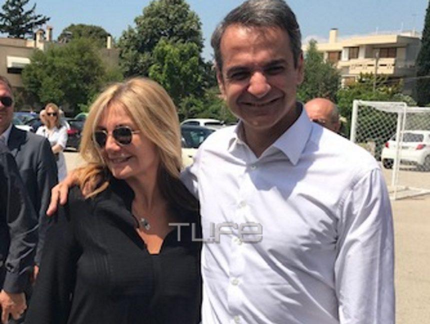 Μαρέβα Μητσοτάκη: Με casual chic εμφάνιση δίπλα στον Κυριάκο Μητσοτάκη στο εκλογικό τμήμα [pics] | tlife.gr