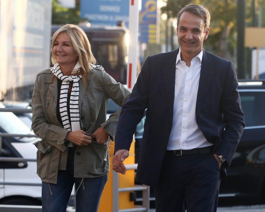 Μαρέβα Μητσοτάκη: Χαμογελαστή συνόδευσε τον Κυριάκο Μητσοτάκη στα γραφεία της ΝΔ! Φωτογραφίες   tlife.gr