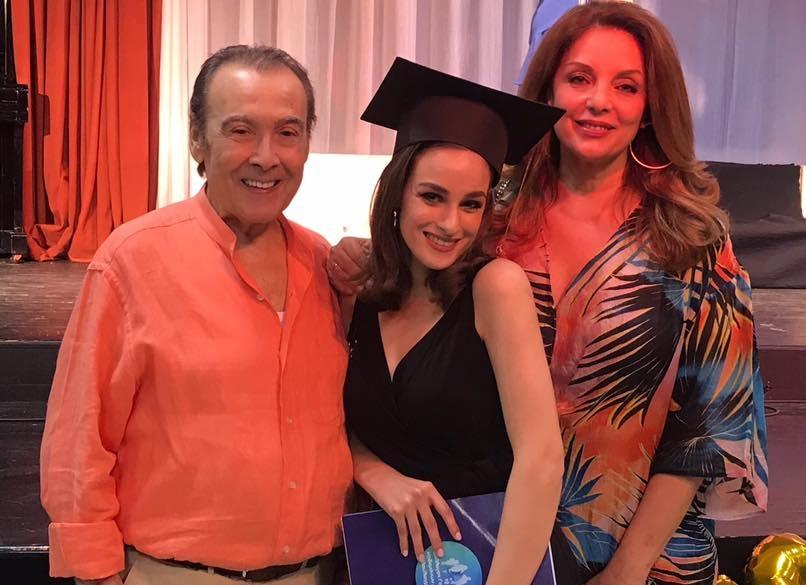 Μαρία Βοσκοπούλου: Αποφοίτησε από το Λύκειο έχοντας στο πλευρό της τον Τόλη και την Άντζελα Γκερέκου! [pics] | tlife.gr