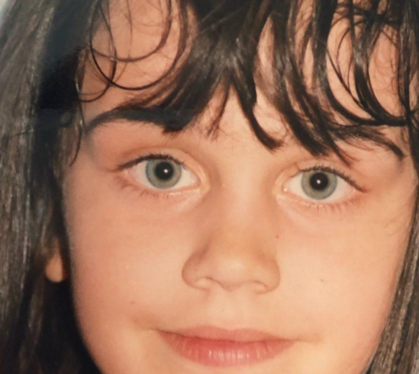Αναγνωρίζεις το κοριτσάκι της φωτογραφίας; Είναι γνωστή Ελληνίδα! [pics] | tlife.gr