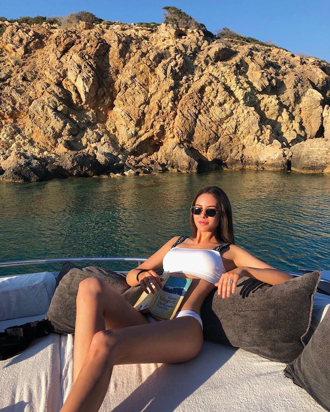 Νεφέλη Λιβιεράτου: Ποζάρει σε σκάφος με μαγιό και είναι απλά εντυπωσιακή!