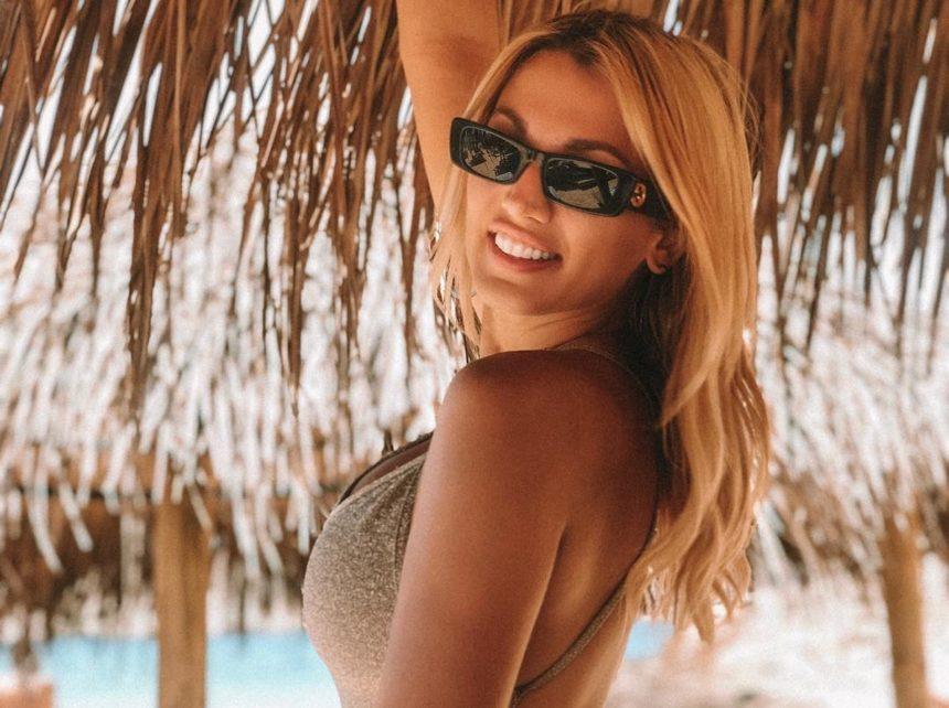Κωνσταντίνα Σπυροπούλου: Δεν φαντάζεσαι τι βιβλίο διαβάζει στην παραλία!