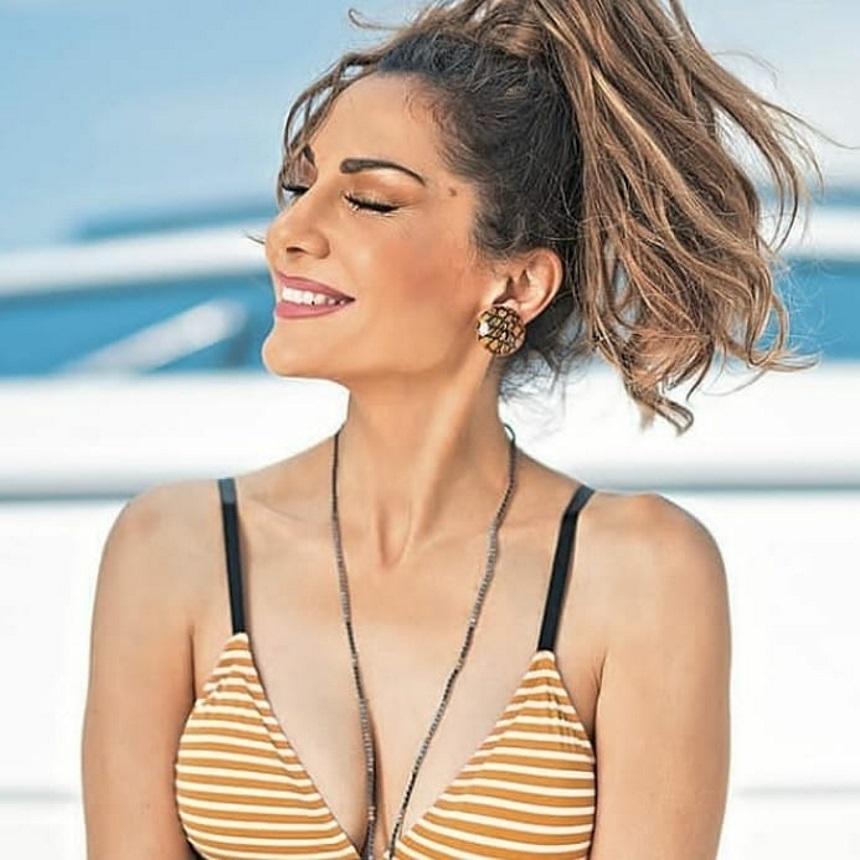 Η Δέσποινα Βανδή έχει ένα απίστευτο κορμί στα 50 - Η θεαματική βουτιά της στη θάλασσα!