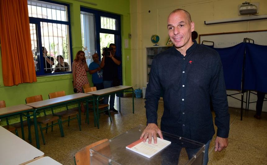 Γιάνης Βαρουφάκης - Δανάη Στράτου: Με τη μηχανή στο εκλογικό κέντρο που ψηφίζουν! [pics]