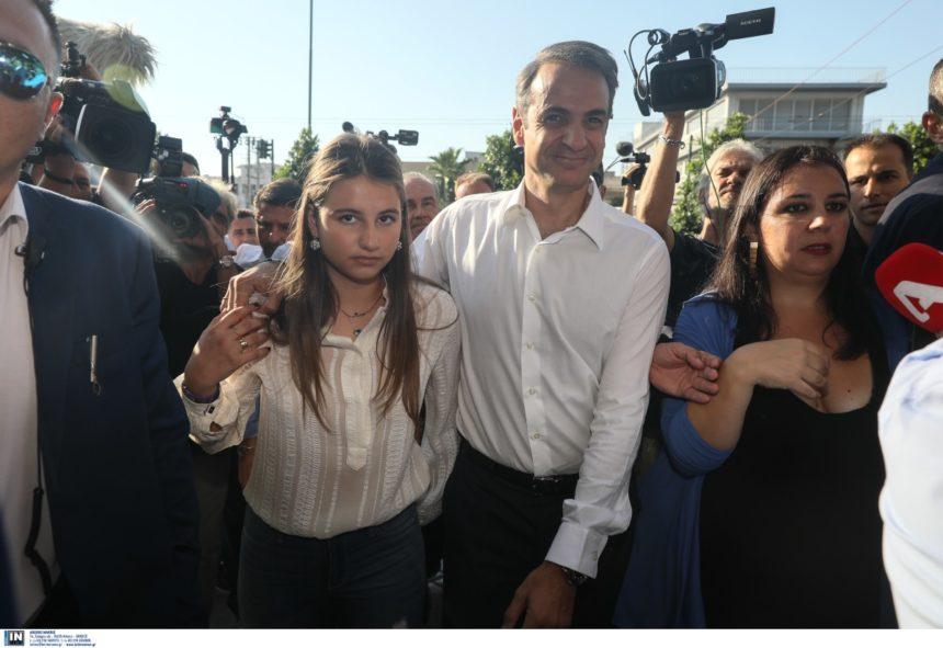 «Χαμός» με τους φωτογράφους στην άφιξη του Μητσοτάκη στα γραφεία της Ν.Δ! Video | tlife.gr
