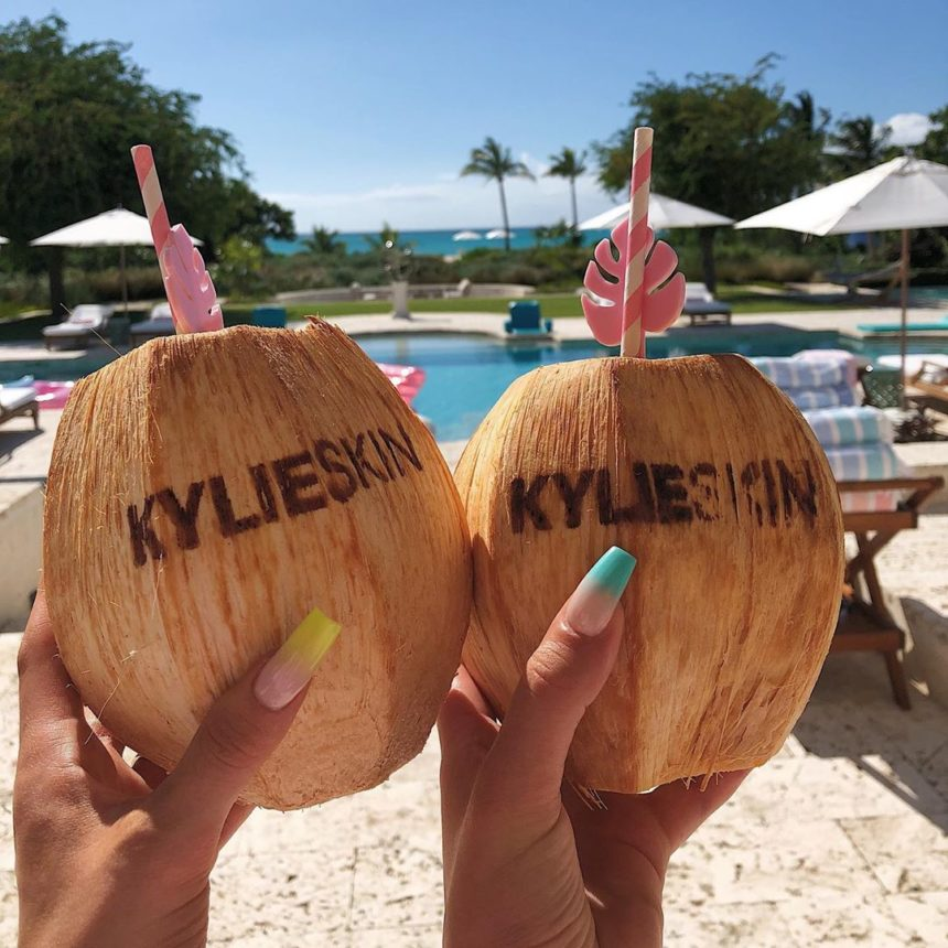 Η Kylie Jenner λανσάρει αντηλιακό λάδι και προϊόντα σώματος με καρύδα! | tlife.gr