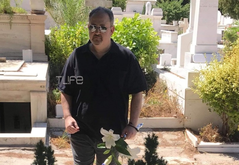 Γιάννης Παπαμιχαήλ: Στον τάφο της μητέρας του, 23 χρόνια μετά τον θάνατο της Αλίκης Βουγιουκλάκη! Φωτογραφίες | tlife.gr