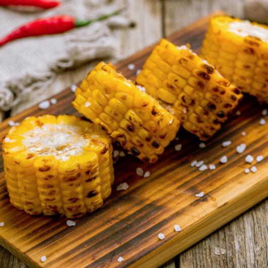 Ψητό καλαμπόκι με μάνγκο και κόκκινες πιπεριές | tlife.gr
