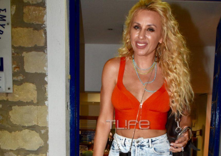 Γωγώ Μαστροκώστα: Εντυπωσιακή εμφάνιση στο γήπεδο για χάρη του συζύγου της, Τραΐανού Δέλλα! [pics]
