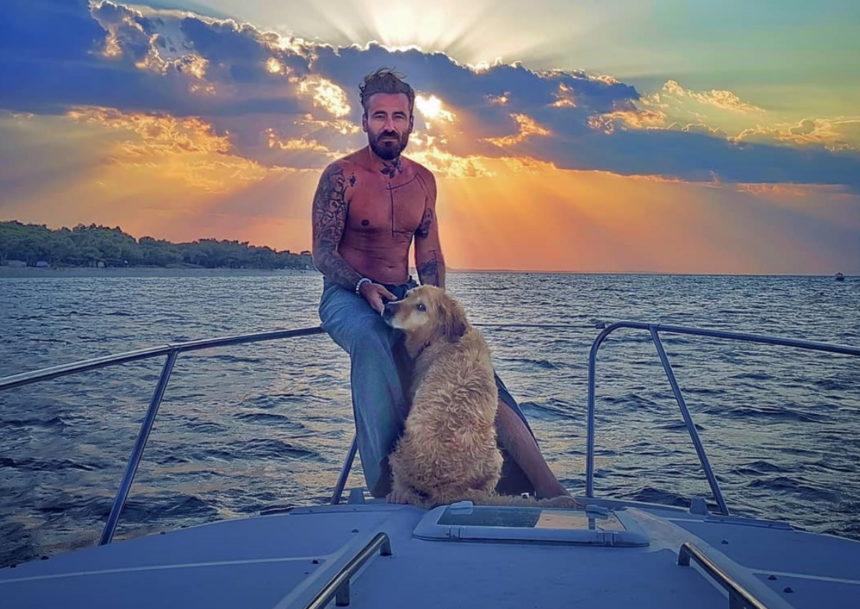 Γιώργος Μαυρίδης: Στη Χαλκιδική με αιθέριες υπάρξεις πάνω σε νέο σκάφος του! [video] | tlife.gr