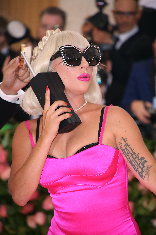 Κυκλοφόρησαν οι πρώτες φωτογραφίες από την καμπάνια της Lady Gaga για τη νέα της εταιρία καλλυντικών!