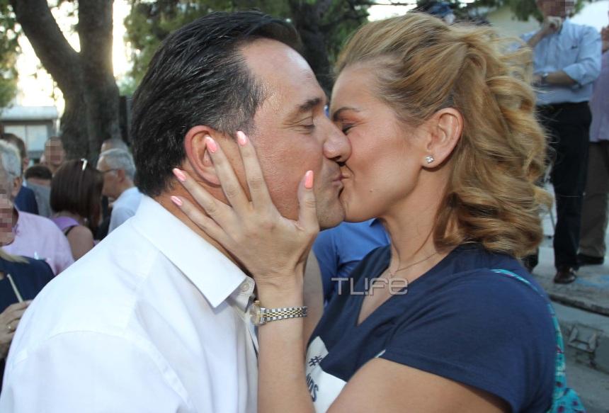 Ευγενία Μανωλίδου: Το θερμό φιλί στο στόμα στον σύζυγό της Άδωνι Γεωργιάδη, στην ομιλία του! [pics]