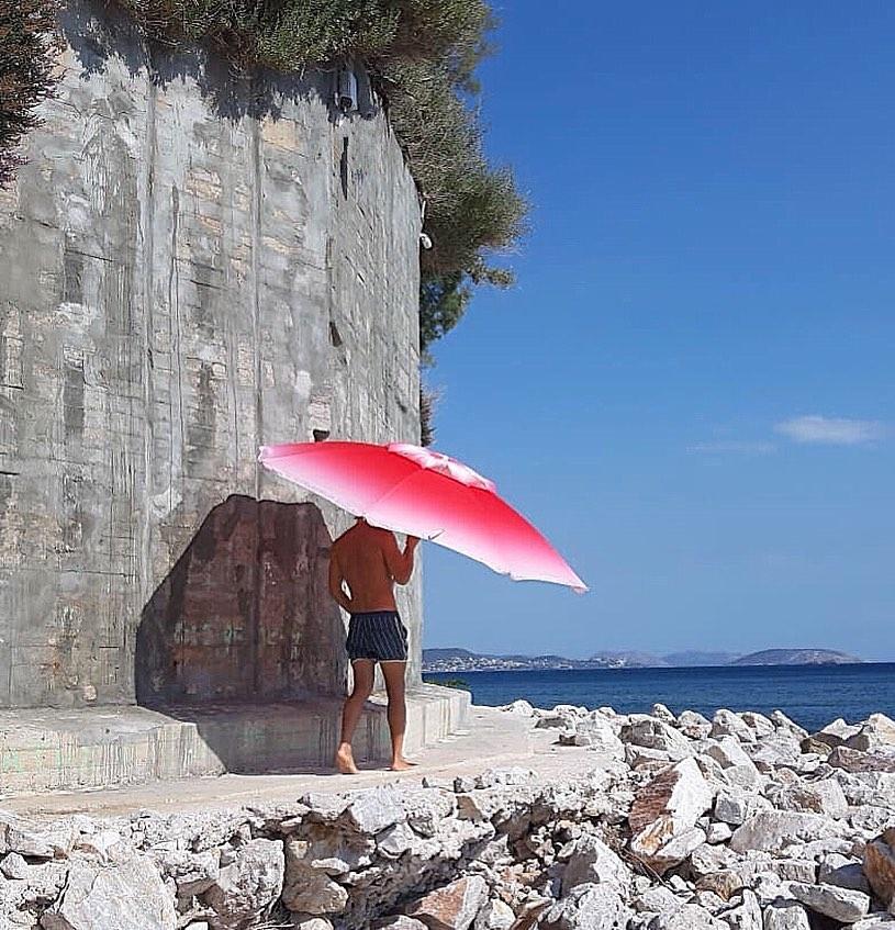Ποιος Έλληνας τραγουδιστής τρέχει… γυμνός στο δάσος; [pic] | tlife.gr