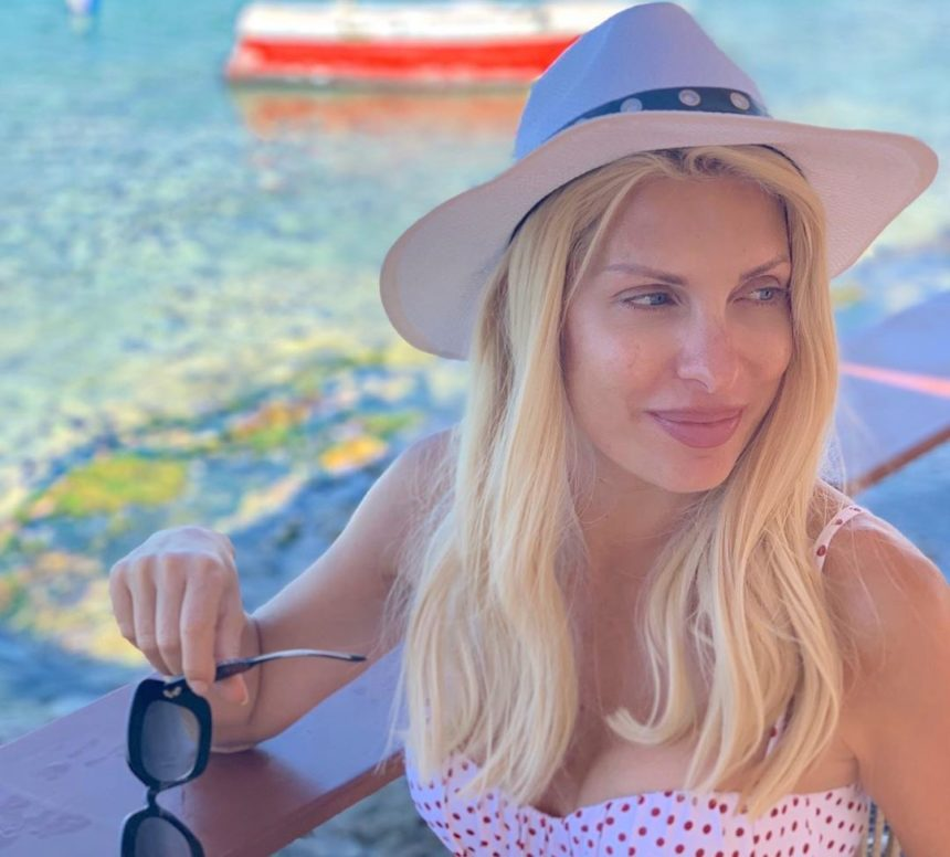 Ελένη Μενεγάκη: Μας συστήνει τον νέο φίλο που έκανε στις διακοπές της στην Σχοινούσα! [pic]