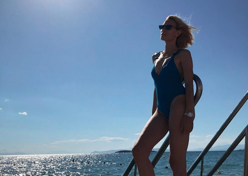 Βίκυ Καγιά: Ποζάρει στην παραλία με καπέλο υπερπαραγωγή και εντυπωσιάζει! | tlife.gr