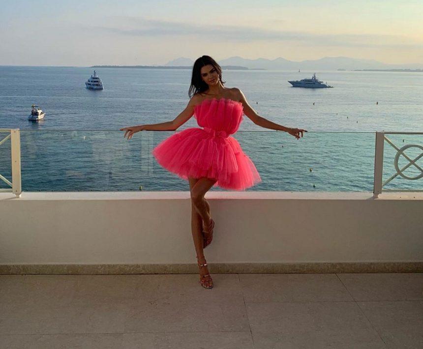 Kendall Jenner: Δες το πασίγνωστο μοντέλο να χορεύει συρτάκι και να σπάει πιάτα στην Μύκονο! Video | tlife.gr