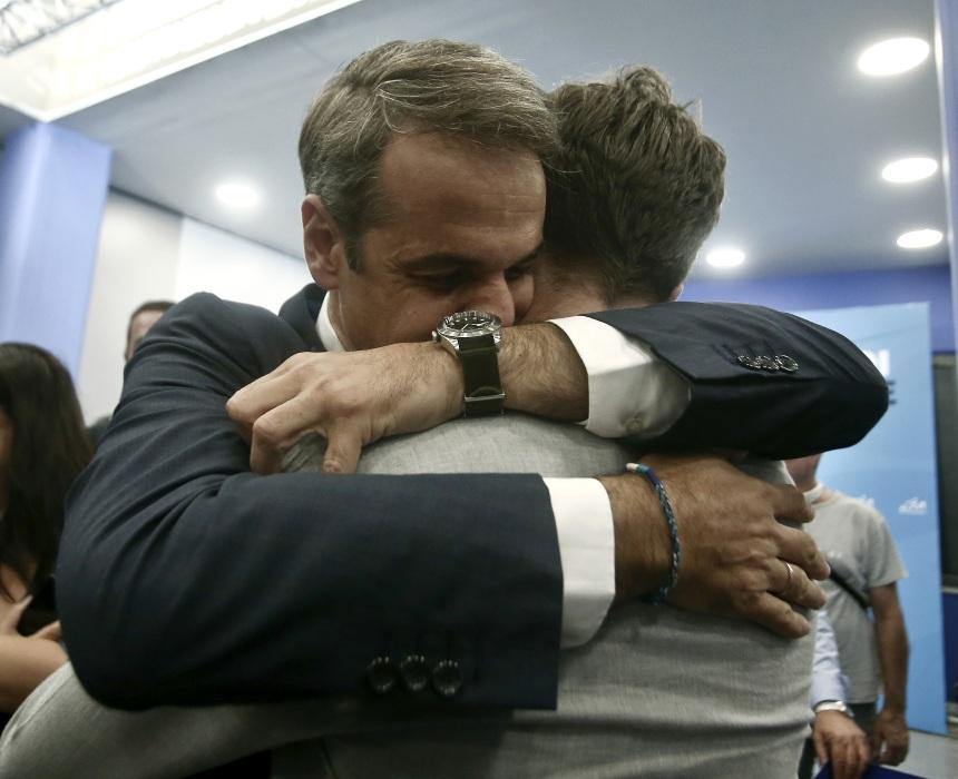 Κυριάκος Μητσοτάκης: Η συγκινητική στιγμή που πέφτει στην αγκαλιά του γιου και της κόρης του! [pics]