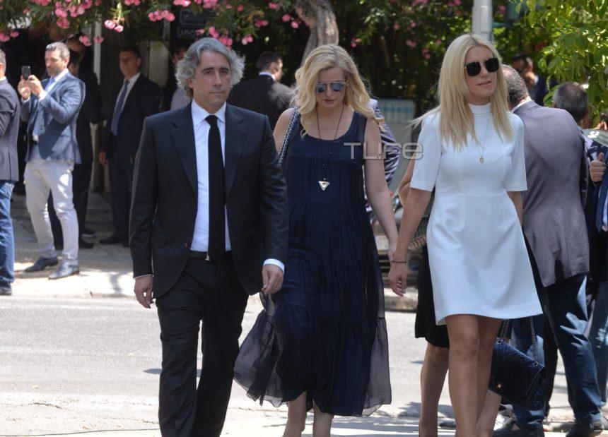 Φωτεινή Αραμπατζή: Με λευκό φόρεμα στην ορκωμοσία της έχοντας την αδερφή της στο πλευρό της | tlife.gr