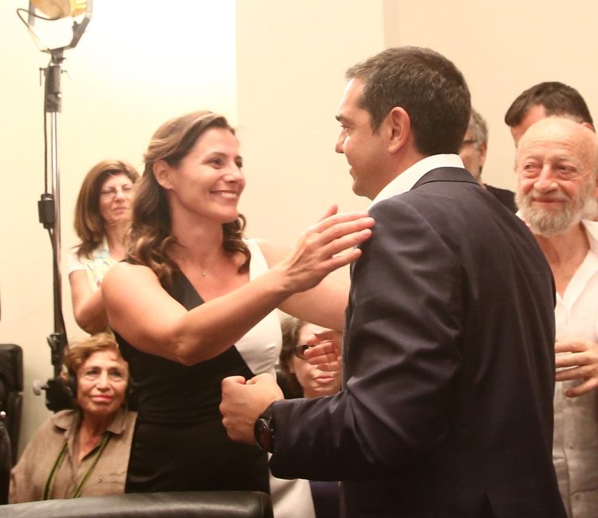 Μπέττυ Μπαζιάνα: Το χαμόγελο και η γλυκιά αγκαλιά στον Αλέξη Τσίπρα μετά την ήττα! Φωτογραφίες