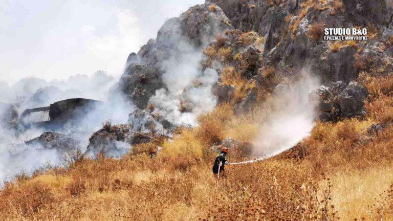 Ναύπλιο: Πρόλαβαν τις φλόγες πριν τα σπίτια – Μαίνεται η φωτιά | tlife.gr