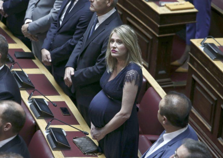 Έγκυος στη Βουλή – Η Άννα Ευθυμίου ορκίστηκε στον 8ο μήνα της εγκυμοσύνης της | tlife.gr