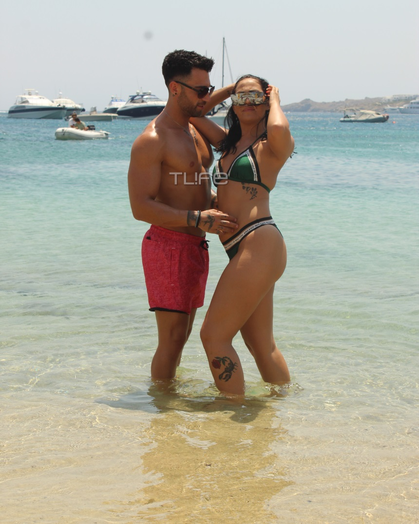 POL: Ρένια Τσακίρη - Παύλος Τερζόπουλος: Αγκαλιές και φιλιά σε παραλία της Μυκόνου χωρίς ρετούς